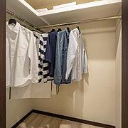 洋服から小物、雑貨まで多彩にしまえる大型収納。ハンガーパイプと棚板を設けて収納力と使い勝手を高めています。