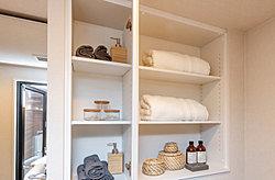 タオル類やバスローブなどの整理・収納に便利なリネン庫を、洗面室に設けています。