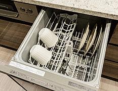 食後のひと時を家族そろって過ごしていただけるよう、食器洗い乾燥機を標準装備。手洗いより大幅に節水できます。