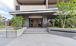 エントランスホールのウォールやタイルには品格を感じられるマテリアルを採用。私邸への期待感が高まるデザインとしました。ゆったりとした優雅な時に満たされる迎賓空間です。
