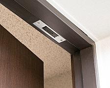 全戸の玄関ドアと2階住戸の窓に防犯センサーを導入。侵入などの異常を感知するとインターホンから警報が鳴り、警備会社へ自動通報されます。※管理組合と警備会社とのシステム警備契約が必要となります。