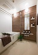 ゆとりあるバスルームで、リラックスできるひとときを。浴室暖房乾燥機も全戸に標準装備しています。
