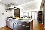広々とした開放感を演出するオープンタイプのキッチン。大型のお鍋や調理器具も入る豊富な収納や、全戸標準装備のビルトイン式の食器洗浄乾燥機など機能性も充実。