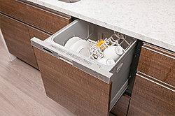 手洗いに比べ、節水でき、高温洗浄で油汚れもスッキリ。いろんな食器がセットしやすい食器カゴを搭載して、セット前の種類分けもラクに。家事負担を軽減します。