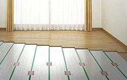 床暖房は、温風暖房とは異なり、床面付近は30℃前後で、天井まで均一した室温を保ち、頭寒足熱の理想的な温かさを実現します。また、運転音がほとんどなく、ホコリを巻き上げる風も起きません。※参考写真
