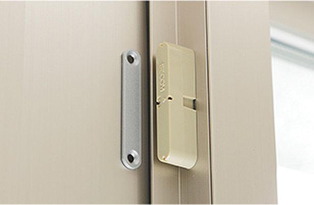 防犯センサー(全住戸の玄関ドアと面格子付窓・FIX窓を除く全ての窓に、マグネット式の防犯センサーを設置。異常を感知した場合、警備会社へ自動で通報します。※面格子付窓・FIX窓を除く)
