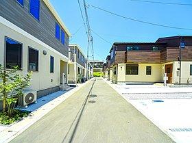 『完成街並み』  隣との間に駐車場を設け広々としてます。