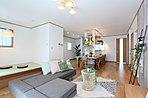 24.7帖の大空間LDKの中心にアイランドキッチンを設計した「家族みんなが自然と集まる家」VI-15号地モデルハウスLDK写真。