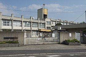 東香里小学校は道路向かいで正門まで約80mの安心環境。