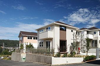 東南の角地という恵まれた敷地を活かした邸宅に住む。(3-5-15 号地モデルハウス)