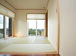 客間として用意された和室は、リビングへもつながっています。隣接する納戸は2畳大。大きな荷物やお布団などをしまっておけるので、多目的室としての和室の用途が広がります。 (125号地)
