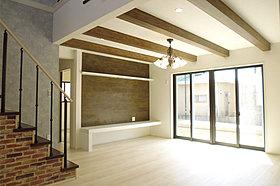 梁をデザイン的に見せるリビング天井でエレガントな空間を演出