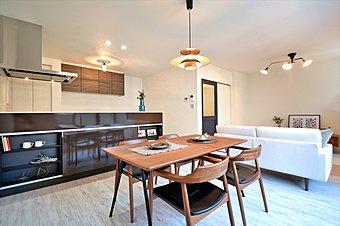 広々としたスカイバルコニーにはテーブルを置いてプラスワンの空間としてもお使い頂けます。 【当社施工例】