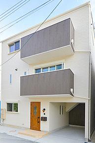 【当社施工例】 モノトーンを基調としたおしゃれな外観です。バルコニー部分のアクセントカラーやデザイン窓がモダンな雰囲気で、お友達に自慢したくなりますね!家に帰るのが楽しみになりそうなお家です。