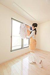 室内物干しバーを主寝室と洗面室に設置。雨の日や外出時など、外に干せない場面も室内干しで解決。