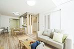 ■明るい日差しが差し込むLDK。 自然と気分もウキウキ。 使い勝手のよい和室をリビング横のお部屋に設置。キッチン、リビングからも見渡せるので、お子様のスペースとしても活躍します。 弊社施工例