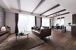 折り上げ天井と化粧梁でデザインされた23.4帖の広々としたLDK。開放感あふれる空間が広がります。(A棟LDK)