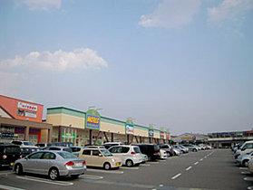 スーパーやドラッグストアの並ぶアイモールまで徒歩約5分