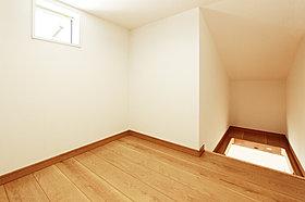 小屋裏収納への入口は必要なときに引き出せる収納式階段です。
