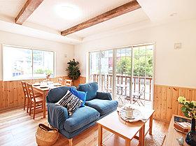 梁天井・腰壁・床材の木目調がオールドアメリカンな雰囲気を演出
