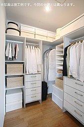 主寝室に設けた約3帖のウォークインクローゼットは、便利な枕棚・パイプハンガー付き。洋服や小物もたっぷりと収納できます。(施工例写真)