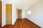 A棟:子どもの成長に合わせて、2室に変更可能な2ドア1ルーム。お子さまが小さいうちは間仕切らず、広々とお使いいただけます。
