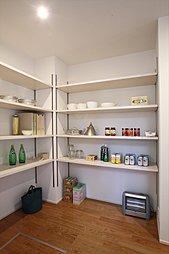 大容量のパントリーは、食品のストック以外にも食器やお鍋などもまとめて収納できます。まとめ買いによる保管場所への不満も解消します。(施工例写真)