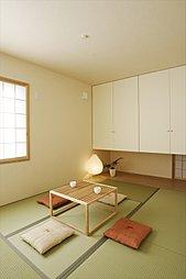 リビングにつながりのある和室は、洗濯物をたたんだり、お子さまの遊び場としてなど自由にお使いいただけます。(施工例写真)