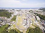 緑に包まれ海に臨む街「横須賀」に、丘の上の邸宅街が誕生。「美しい青空の下、壮大な景色を眺める」ゆとりの時間が実現する(2015年10月上空から撮影)