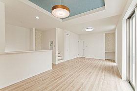 床暖房対応リビングと和室に面するウッドデッキは解放感たっぷり