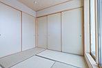 国産いぐさの畳の和室は落ち着く空間です。押入れも充実しています。