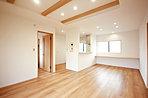 LDKは開放的なワンルーム設計。キッチンからは全てが見渡せ、家事をしながらお子様の動きを見守れます。(当社施行例)