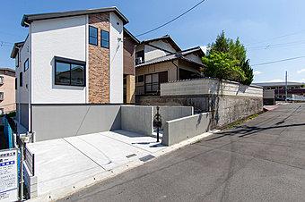 宅地面積が33.35坪から38.49坪のゆったりとした広さの敷地なので車を2台から3台駐車可能です。前面道路が6.5mなので日当たり良好です。大きな庭でお子様も、のびのびと過ごせます。