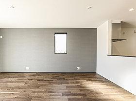 リビング壁面のアクセントクロスの色と床材の選び方がおしゃれ。