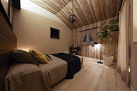寝室も、木目のクロスで男前!高天井で部屋も広く感じます