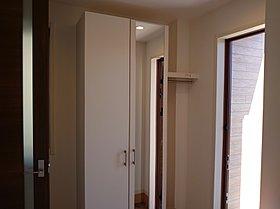 コート掛けのある玄関収納