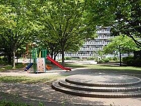 柳沢せせらぎ公園は駅徒歩約1分にある木製複合遊具のある公園