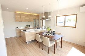 キッチンやフローリング、家具と優しい色合いで仕上げました。