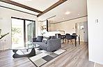 キッチン、リビング、ダイニングをモダンテイストで一体感がある空間にするおうちカフェ。アーチ壁や化粧梁がアメリカンテイストであり広さや明るさを増します。遊びゴコロと暮らしの動線が一体化のスタイル