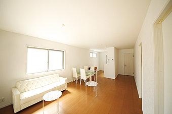 オープンハウス外観~モダンなタイルが特徴のシックな外観。
