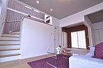 白を基調にした繊細なリビング。階段の壁面が空間にアクセントを与えています。(当社施工例)