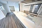奥様にやさしい家事動線を重視した使い勝手の良いキッチンプラン。リビングが見渡せるオープンな造り。(当社施工例)
