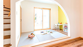 子供のプレイスペースもアーチを加え優しい空間に。