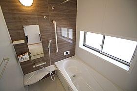 窓付きのバスルームは、採光もあり明るく気持ちの良い空間。