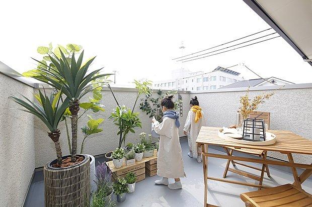 【【広畑モデルハウス】】中庭の吹抜けにつながる壁をスクリーンに。家族だけのスカイシアターが完成。