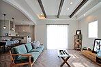 モデルハウスのリビング写真です。天井梁が全邸に標準装備され空間の広がりを演出します。