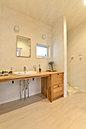 無垢の木の洗面台を使用した広々とした洗面室