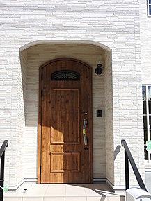 南欧風の可愛いおうちです。可愛いものが好きな方にピッタリです。可愛いお子様がぴょんっと出てきそうな玄関です。(7月21日撮影)