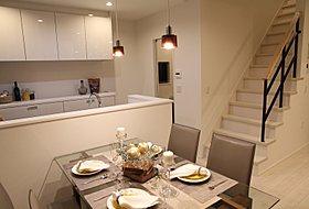 オープンキッチンで、家族の様子を見ることが出来る。