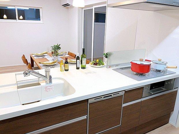 【キッチン】今、人気のペニンシュラキッチン採用。開放感があるオープンキッチンになっており、使い勝手、デザインともに◎
